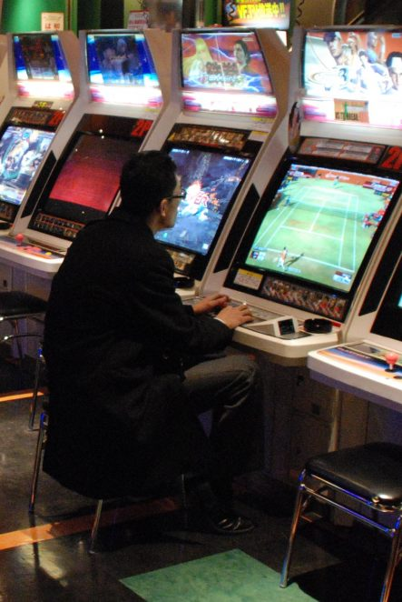https://de.wikipedia.org/wiki/Spielhalle#/media/File:Arcade_gamer.jpg